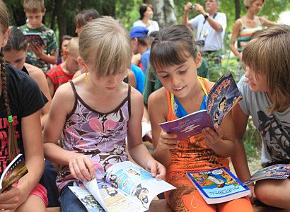 Ukraine Kids Interested In The King