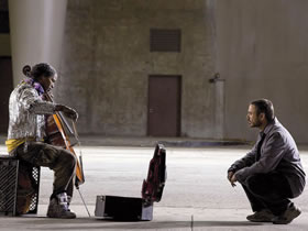 A homeless, Julliard-trained musician (Jamie Foxx) is befriended by a journalist (Robert Downey Jr) in The Soloist
